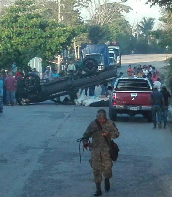 El picop en el que viajaban los soldados volcó por el mal estado de la carretera. (Foto Prensa Libre: Cortesía)