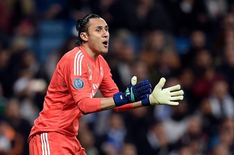 Keylor Navas anima a sus compañeros después del primer gol.