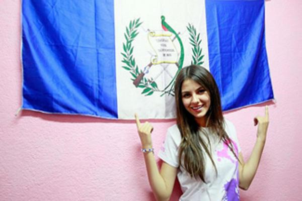 La actriz Victoria Justice posa con la bandera de Guatemala, en 2011 (Foto: looktothestars.org).