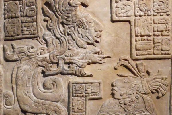 """<p>Dintel 15 de Yaxchilán. A la izquierda, una serpiente de Visión (Foto Prensa Libre: Justin Kerr / Mayavase.com).<br _mce_bogus=""""1""""></p>"""