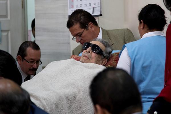 """<p>El 5 de enero, Ríos Montt fue trasladado en camilla al tribunal para el inicio del juicio. (Foto Prensa Libre: AP)<br _mce_bogus=""""1""""></p>"""