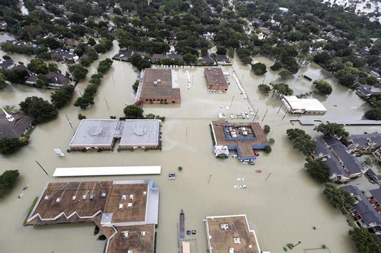 Varias viviendas y barrios quedaron sumergidos por el agua debido a las inundaciones de la tormenta Harvey.(AP).