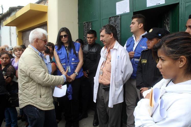Rigoberto Rojas, -de bata blanca- fue destituido como director del IGSS de Jalapa. (Foto HemerotecaPL: Hugo Oliva)