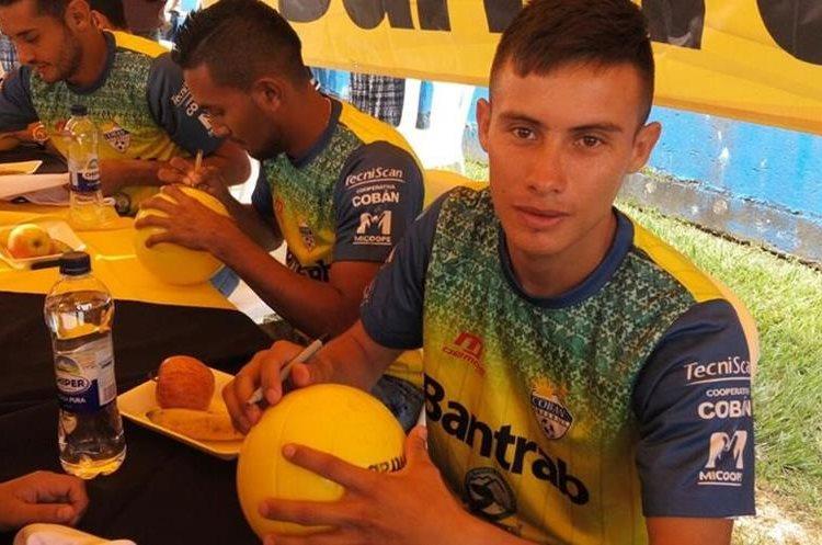 Ángel Cabrera firmó los balones para los niños. (Foto Prensa Libre: Cortesía La Red)