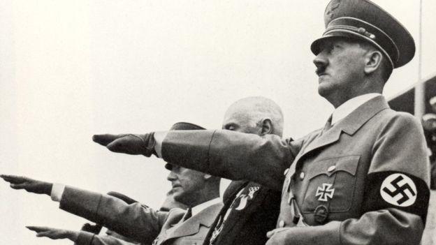 En otros videos el youtuber muestra esvásticas, escucha el himno Nazi y hasta hace un breve saludo como el que se estilaba en la Alemania regida por Hitler. (GETTY IMAGES)