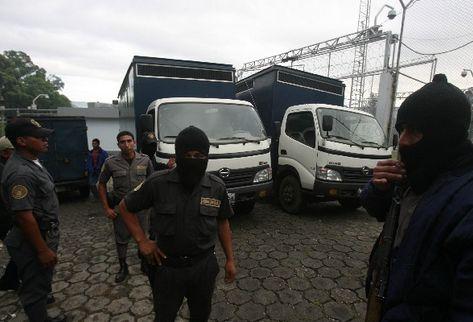 La Policía en una requisa en el sector 11 del Preventivo de la zona 18. (Foto Prensa Libre: Archivo)
