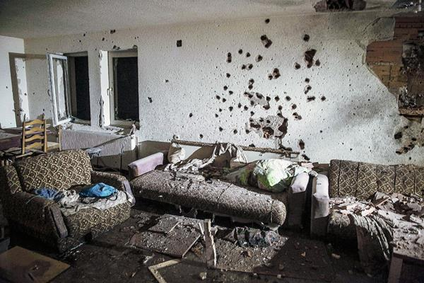 Una pared fue perforada a balazos tras los enfrentamientos en Kumanovo, Macedonia(Foto Prensa Libre: AFP)AFP