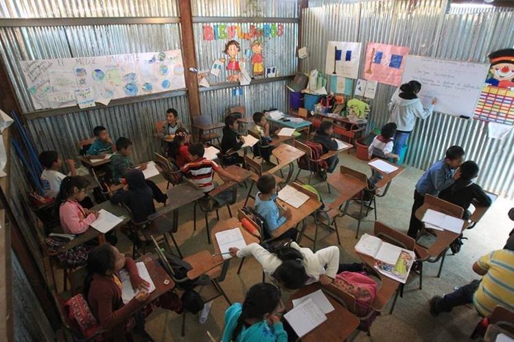Niños de la Escuela Oficial Rural Mixta Número 779, Plan Grande, Palencia, estudian en aulas construidas con láminas. Piden que se mejoren las instalaciones y haya más pizarrones. (Foto Prensa Libre: Esbin García)