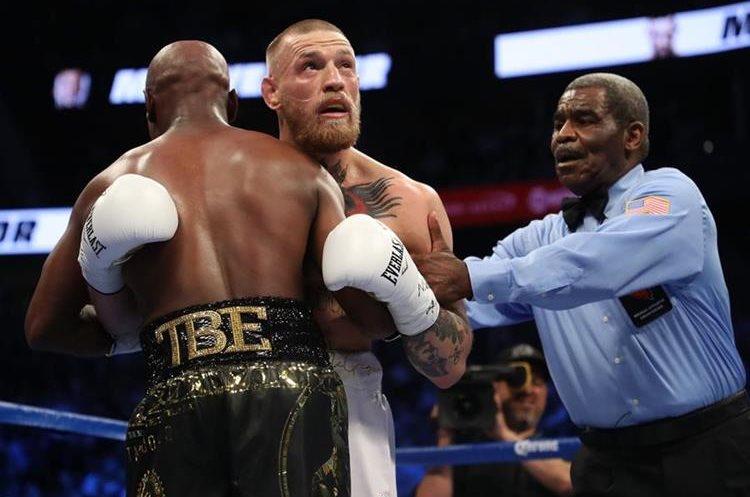 El juez del combate tuvo que intervenir en varias ocasiones para separar a los boxeadores.