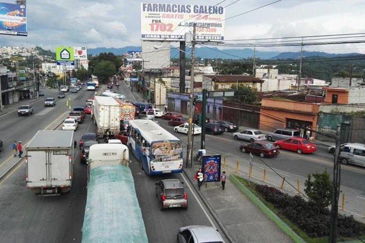 El tránsito de la capital hacia el Atlántico se paralizó por el motorista muerto sobre el Puente Belice. (Foto Prensa Libre: Antonio Jiménez)