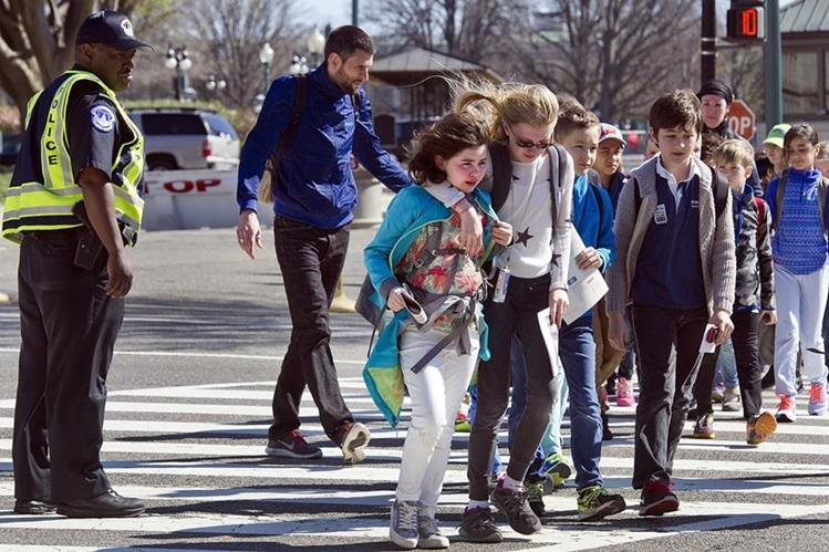 Niños y visitantes son evacuados del Capitolio después de la balacera. (Foto Prensa Libre: AP).