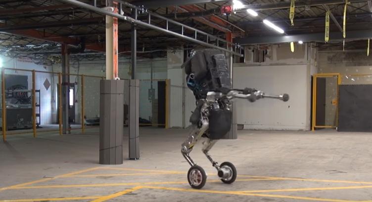 'Handle', de pie, girando y sin perder el equilibrio, es la nueva creación de Boston Dynamics (Foto Prensa Libre: YouTube).