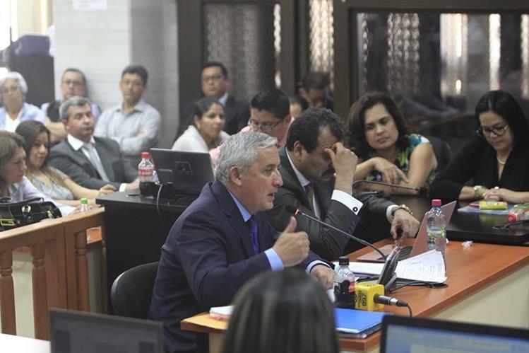 Otto Pérez declara ante el juez Miguel Ángel Gálvez. Omar Franco -atrás, de camisa gris- escucha la intervención. (Foto: Carlos Hernández)