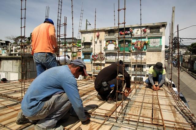 Trabajadores de la comuna construyen 433 nichos en el cementerio de Mixco, en la 2a. calle, donde ingresan los vehículos al camposanto. (Foto Prensa Libre: Carlos Hernández)
