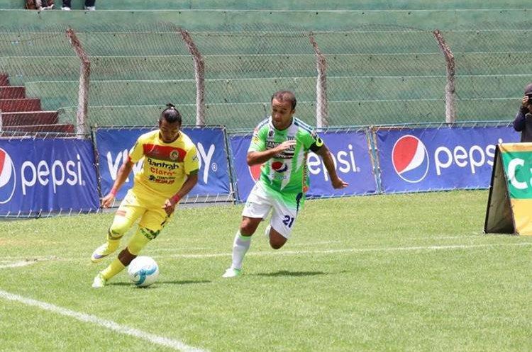 José Manuel Contreras intenta recuperar el balón, durante el juego frente a Marquense en el Pensativo. (Foto Prensa Libre: Renato Melgar)