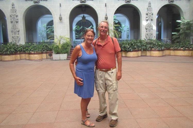 Peter Benziger junto a su esposa Margie en el Palacio Nacional de la Cultura. (Foto Prensa Libre: Peter Benziger)
