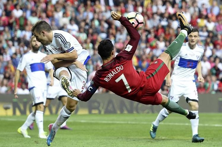 Cristiano Ronaldo lideró a Portugal al marcar un tiplete en el triunfo contra Islas Feroe. (Foto Prensa Libre: AFP).