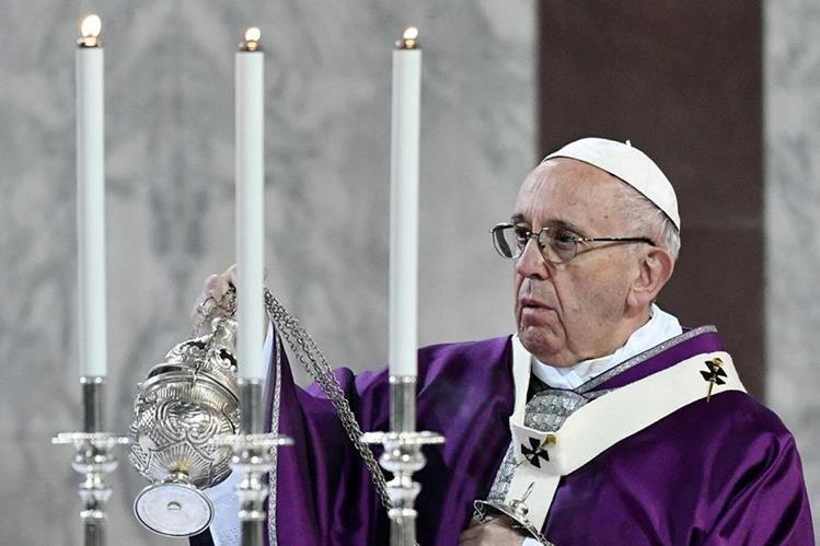 El Papa participa en la misa del Miércoles de Ceniza en la iglesia de Santa Sabina en Roma.(AFP).