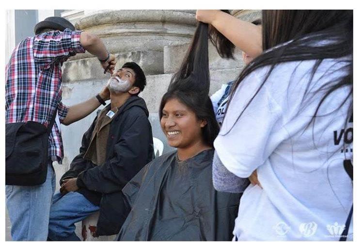 Parte de las actividades de The Street Store Guatemala es el corte de cabello y barba para personas en situación de calle (Foto Prensa Libre: Cortesía)