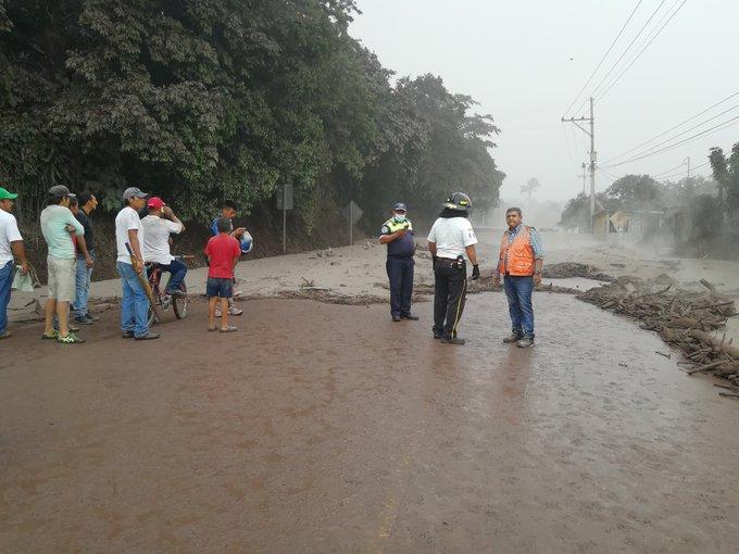 Material volcánico impide el paso en el km 95 de la Ruta Nacional 14. (Foto Prensa Libre: Enrique Paredes)