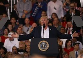 Trump habla en un mitin en el hangar del aeropuerto internacional de Orlando Melbourne,la Florida.(AFP).