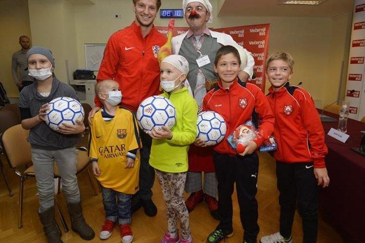 Ivan Rakitic posa con los niños en su visita al hospital donde fue galardonado como el Mejor futbolista de 2015. (Foto Prensa Libre: vecernji.hr)