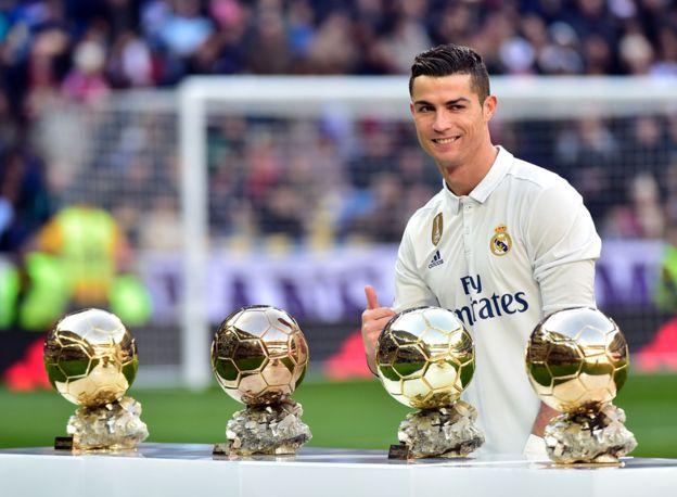 Cristiano Ronaldo con sus cuatro balones de oro. (Getty Images)