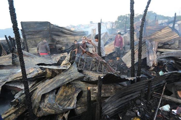 El incendio destruyó en su totalidad muchas de las viviendas, en el asentamiento Colom Argueta, zona 3. (Foto Prensa Libre: Érick Ávila)