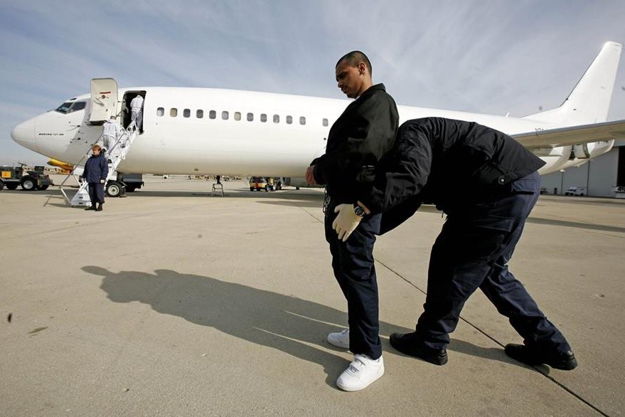 Un inmigrante es preparado antes de ser deportado por Departamiento de Inmigranción.(AP).
