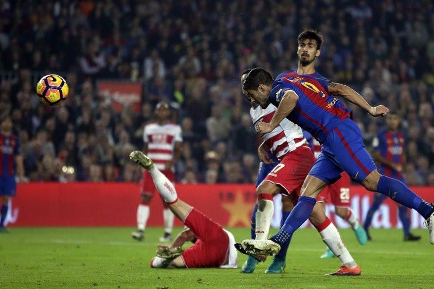 Luis Suárez no tuvo un buen partido en el Camp Nou y el Barcelona sufrió para quedarse con el triunfo. (Foto Prensa Libre: AP)