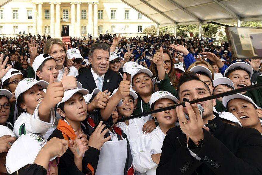 El presidente colombiano, Juan Manuel Santos, (al centro), se reúne con niños en Bogotá en un taller para promover la paz. (Foto Prensa Libre: EFE).