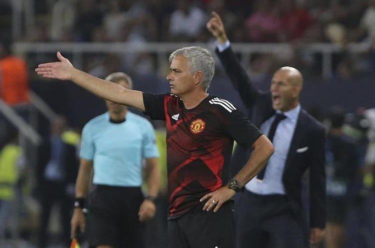 José Mourinho da indicaciones durante el juego entre Real Madrid y Manchester United. (Foto Prensa Libre: AP)