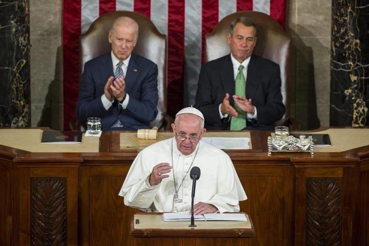 Atrás: Joe Biden, vicepresidente de EE. UU. y el republicano John Boehner, aplauden el discurso de Francisco. (Foto Prensa Libre: EFE).