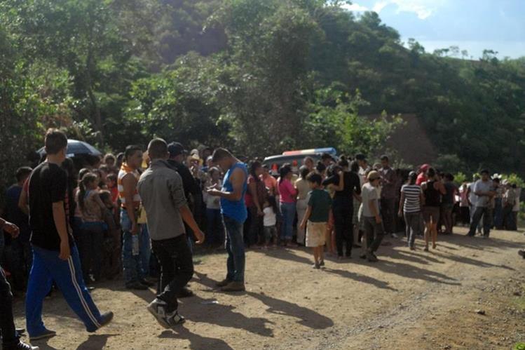 Vecinos de Sansare, El Progreso, rodean el lugar donde fue hallado el cuerpo de un joven estudiante. (Foto Prensa Libre: Hugo Oliva)