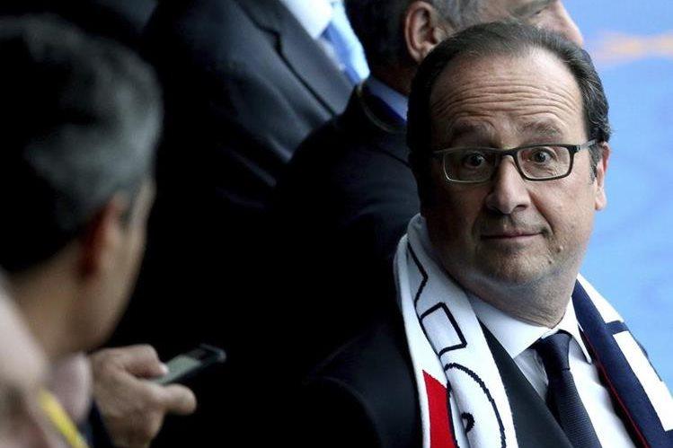 El presidente francés François Hollande antes del partido inaugural entre Francia y Rumanía en el estadio de Francia de Saint Denis. (Foto Prensa Libre: EFE)