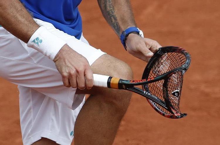 Stan Wawrinka quebró su raqueta durante el segundo set. (Foto Prensa Libre: AP)