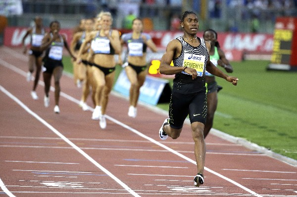 La surafricana Caster Semenya dominó los 800 metros planos. (Foto Prensa Libre: AFP).