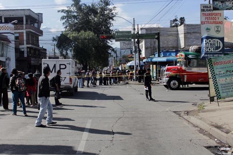Autoridades resguardan el bus que fue atacado en la zona 3 de Quetzaltenango. (Foto Prensa Libre: María José Longo).