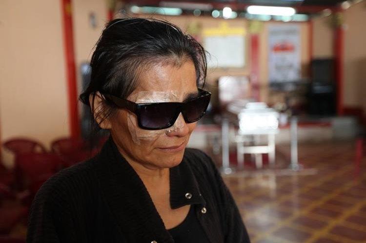 María Teresa Véliz narró que el día de la muerte de su esposo, David Ramírez, ella fue operada del ojo derecho y esperaba que en la hora de visita él llegara a verla. (Foto Prensa Libre: Érick Ávila)