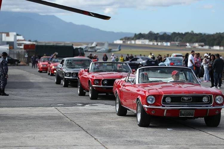 El desfile de vehículos clásicos fue aplaudido por los miles de asistentes. (Foto Prensa Libre: Esbin García)