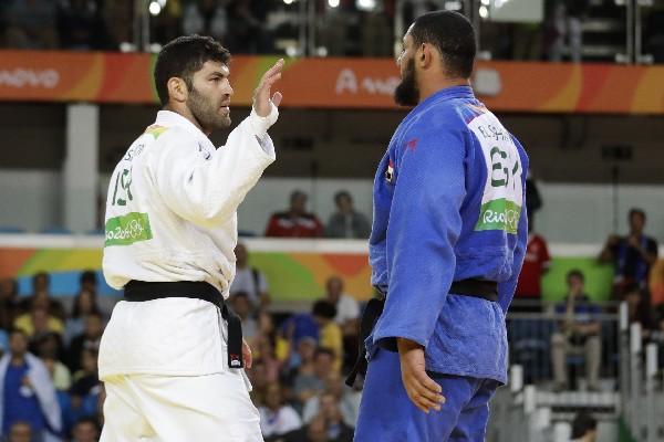 El egipcio El Shehaby, ganador del combate, no fue correspondido en el saludo por el israelí Or Sasson. (Foto Prensa Libre: AP)