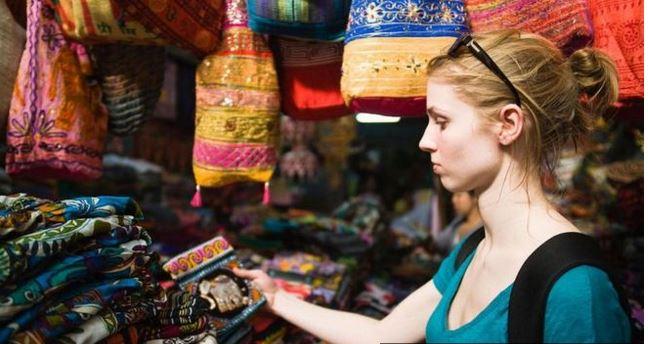 Un 74% de las personas encuestadas en Estados Unidos reconoció que se endeuda en más de US$1 mil 100 en vacaciones. (Foto Prensa Libre: BBC Mundo)