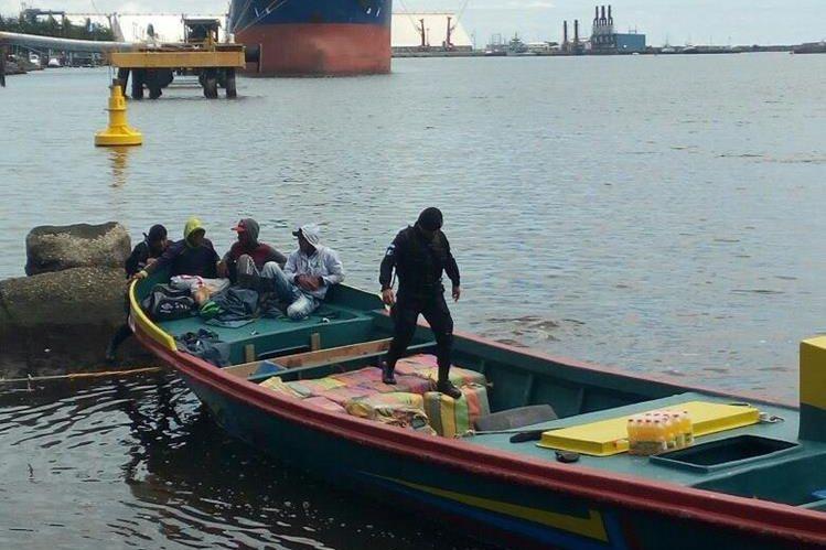 La embarcacion en la que fueron encontrados los paquetes con droga era tripulada por tres hombres de nacionalidad ecuatoriana. (Foto Prensa Libre: Cortesía MP)