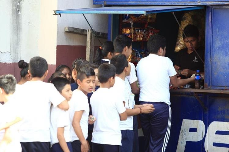 Las tiendas escolares venden gran cantidad de golosinas y frituras y muy pocas ofrecen opciones saludables como frutas y ensaladas. (Foto Prensa Libre: C. Hernández)