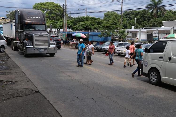 Vecinos se arriesgan a ser arrollados por falta de pasarela en la avenida Centroamérica de Escuintla.(Foto Prensa Libre: Enrique Paredes)