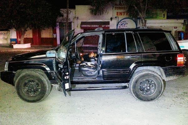 El vehículo  en cuyo interior fue hallado muerto el ex campeón mundial de pesos gallo del Consejo Mundial de Boxeo Juan José Dinamita Estrada. (Foto Prensa Libre:EFE)