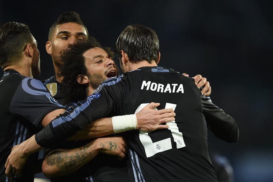 Alvaro Morata festeja con sus compañeros de equipo el triunfo frente al Nápoli. (Foto Prensa Libre: AFP)