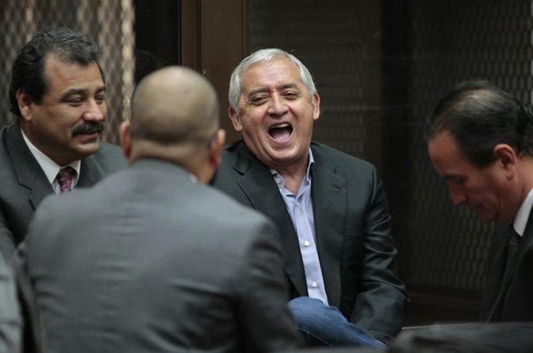 Otto Pérez Molina asistió a la audiencia de acusación en el caso La Línea que al final fue suspendida. (Foto Prensa Libre: Carlos Hernández)
