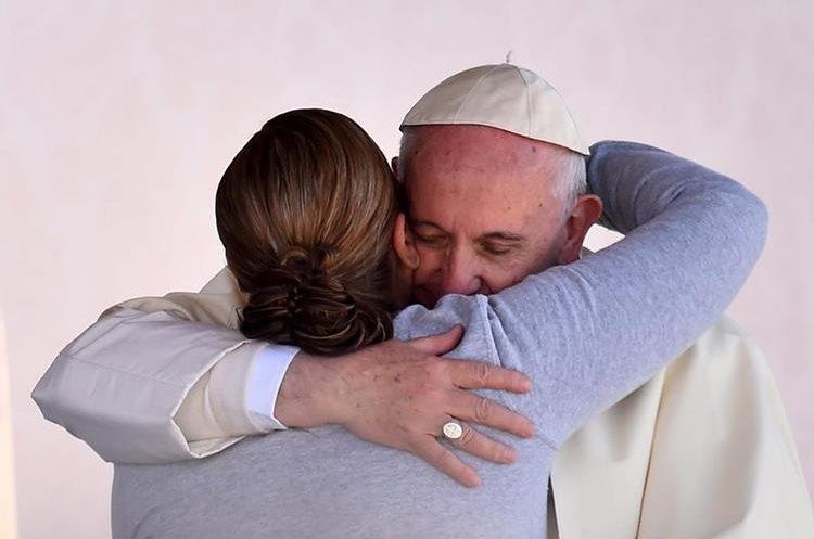 MEX20. CIUDAD JUÁREZ (MÉXICO), 17/02/2016.- El papa Francisco abraza a una de las presas durante su visita al interior del Centro Penitenciario (CeReSo n3) de Ciudad Juárez (México) hoy, miércoles 17 de febrero de 2016, . El papa Francisco cumple hoy en la fronteriza Ciudad Juárez, en el norteño estado de Chihuahua, la última jornada de su visita a México, iniciada el 12 de febrero, en la que convivirá con reos y trabajadores, y oficiará una misa con migrantes. EFE/Gabriel Bouys **POOL**