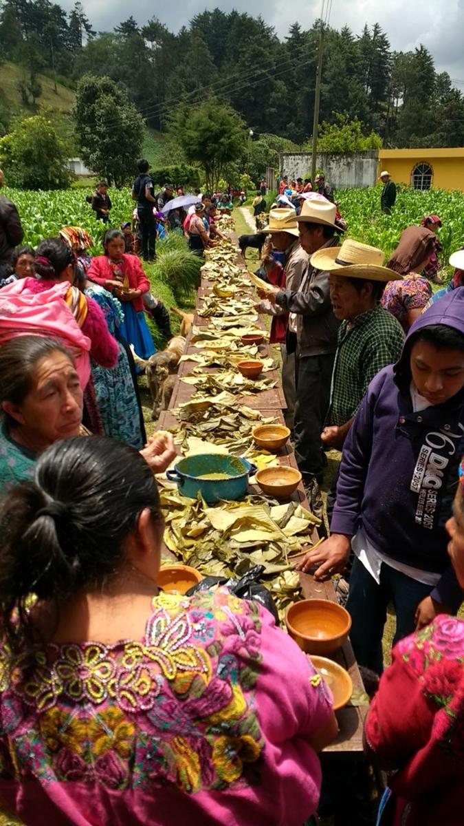 Caldo de res y tamalitos de maíz blanco es el menú que degustan los asistentes al velorio y funeral. (Foto Prensa Libre: Carlos Ventura)